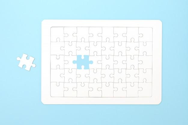 Mancano pezzi di puzzle. concetto di business compliting compito finale di puzzle