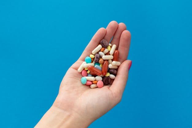 Manciata di pillole colorate sul palmo