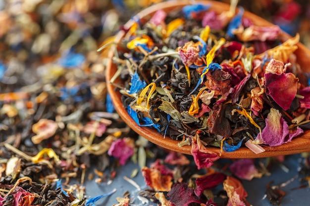 Manciata di tè naturale su una superficie di legno