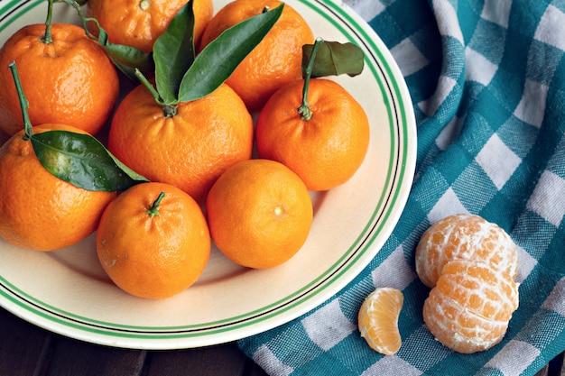 Mandarini biologici freschi con foglie