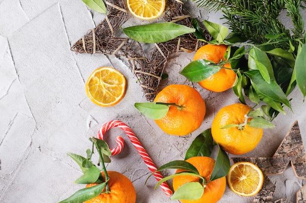 Mandarini con decorazioni natalizie
