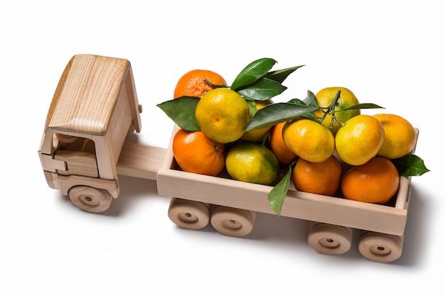 Mandarini e clementine in camion con rimorchio, con spazio per il testo, vista dall'alto.