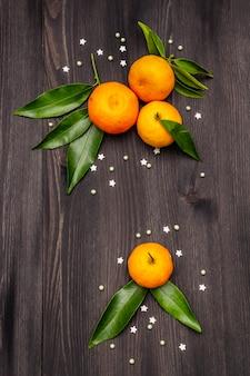 Mandarini freschi maturi con foglie e spruzza.
