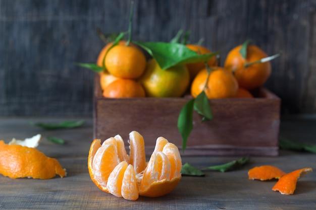 Mandarini in una scatola di legno. stile rustico.