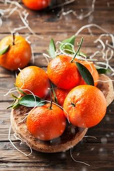 Mandarini italiani dolci sulla tavola di legno