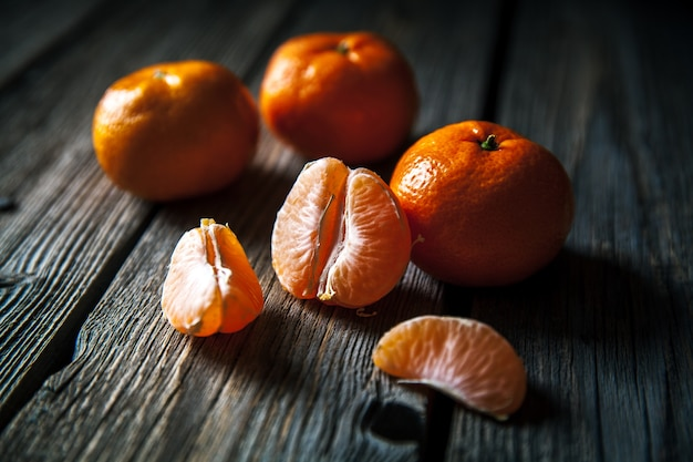 Mandarini su un tavolo di legno. frutta fresca. cibo salutare