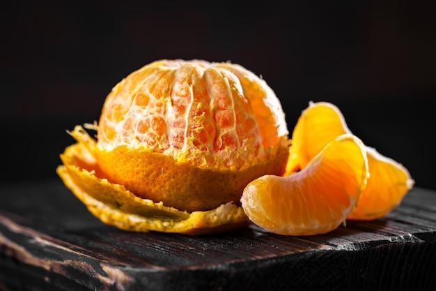 Mandarini su un vecchio tavolo di campagna
