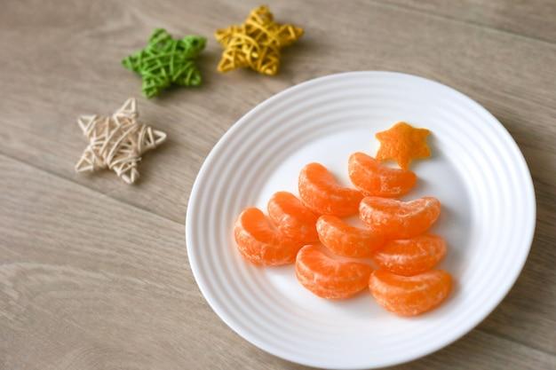 Mandarino a forma di albero di natale