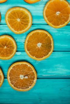 Mandarino arancio fresco su di legno blu