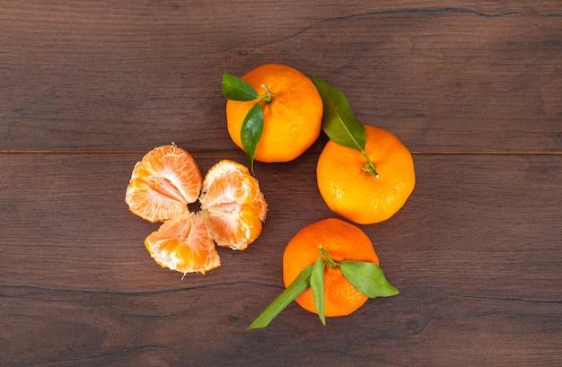 Mandarino fresco su superficie di legno