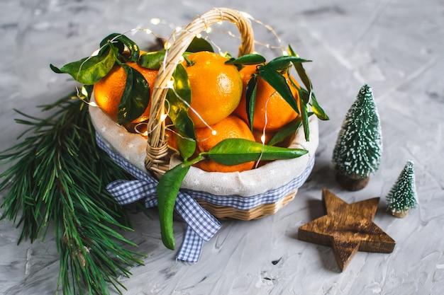 Mandarino in legno con foglie e luci,
