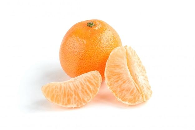 Mandarino isolato su sfondo bianco.