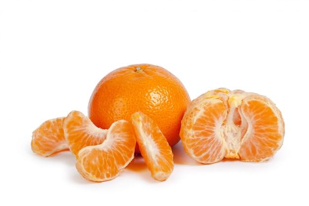 Mandarino isolato su sfondo bianco