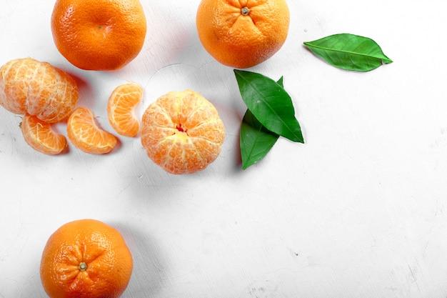 Mandarino maturo con foglie