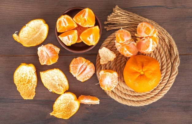 Mandarino su corda vista dall'alto sul tavolo di legno