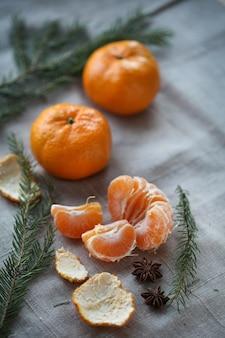 Mandarino su una superficie grigia
