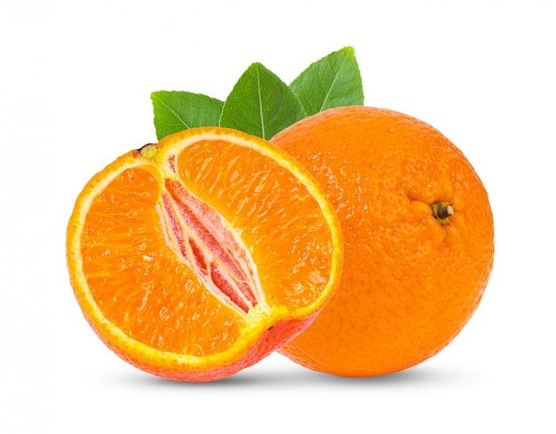 Mandarino sul muro bianco.