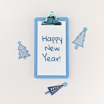 Mandi un sms al buon anno sulla lavagna per appunti e sugli alberi di natale divertenti di legno