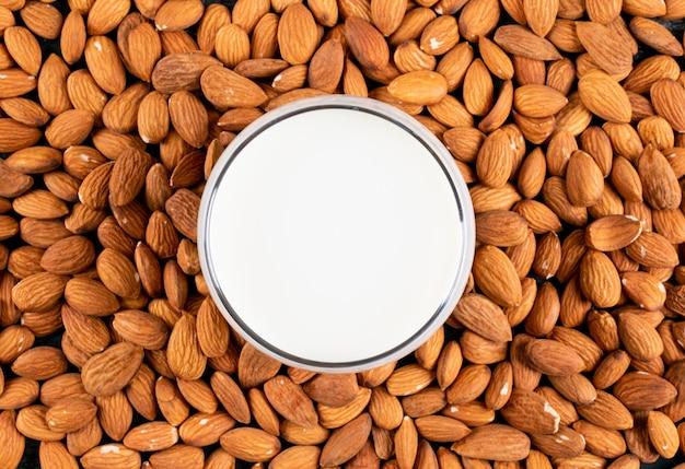 Mandorla con vista dall'alto di tazza di latte