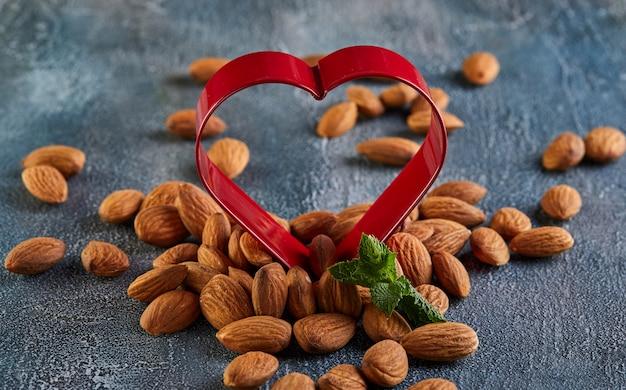 Mandorle in rosso sotto forma di un cuore, concetto per san valentino