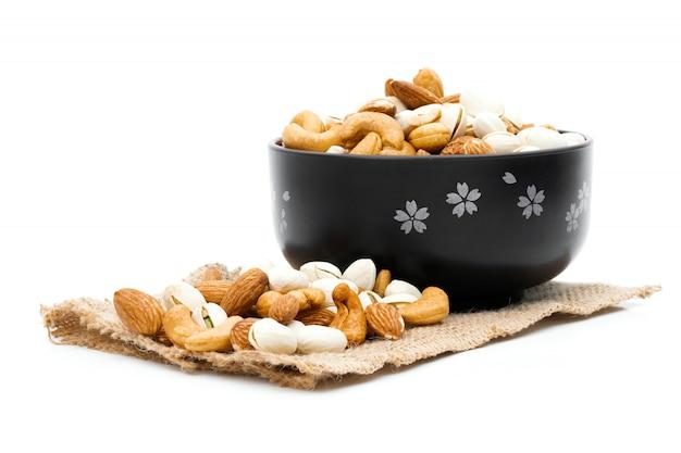 Mandorle pistacchio e anacardi su un sacco di stoffa bianco