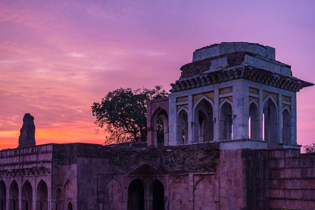 Mandu india, rovine afgane del regno islam, monumento alla moschea e tomba musulmana. cielo colorato all'alba, ashrafi mahal.