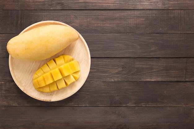 Manghi gialli su un fondo di legno. copia spazio per il testo