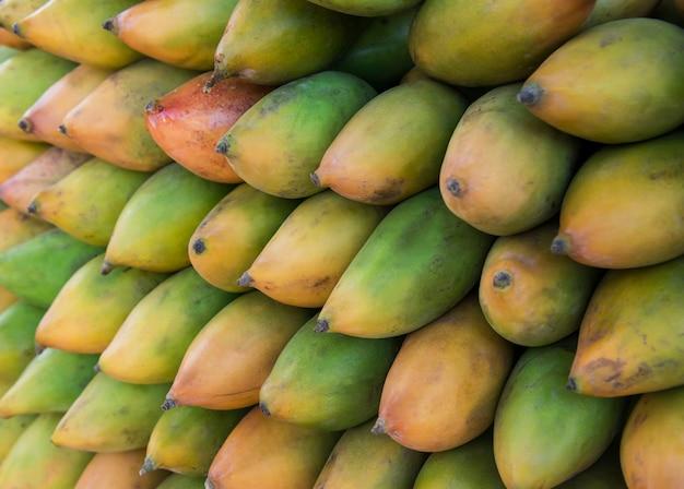 Manghi tropicali variopinti freschi su esposizione al primo piano all'aperto del mercato degli agricoltori. . mangiare sano. concetto di raccolta agricola autunnale