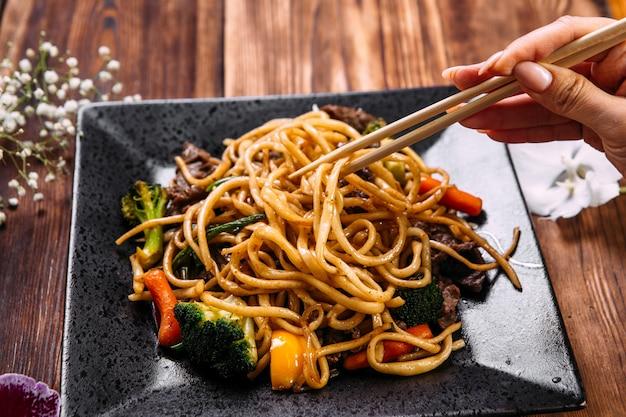 Mangiare manzo e verdure udon noodles wok