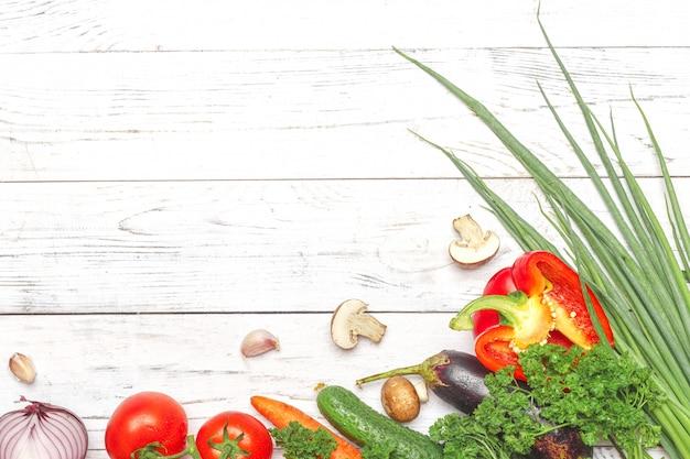 Mangiare sano sfondo. verdure differenti di fotografia dell'alimento sul fondo bianco di wwod