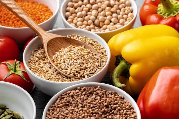 Mangiare sano. verdure e cereali sul tavolo