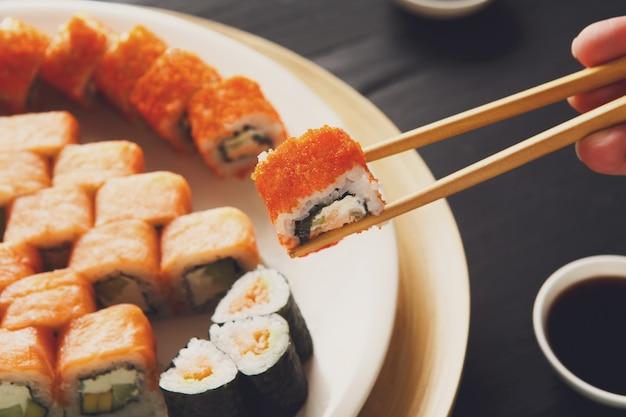 Mangiare sushi rotoli al ristorante giapponese