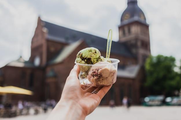 Mangiare un gelato nel centro storico di riga