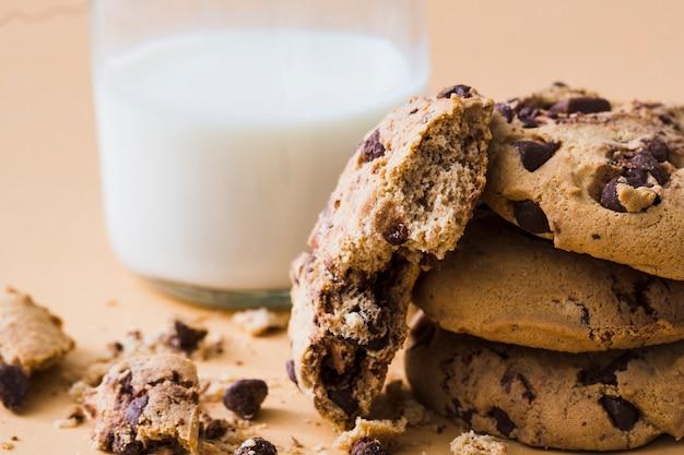 Mangiato biscotti con gocce di cioccolato con un bicchiere di latte