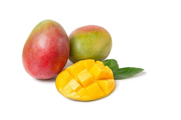 Mango con foglie su uno sfondo bianco isolato. frutta fresca
