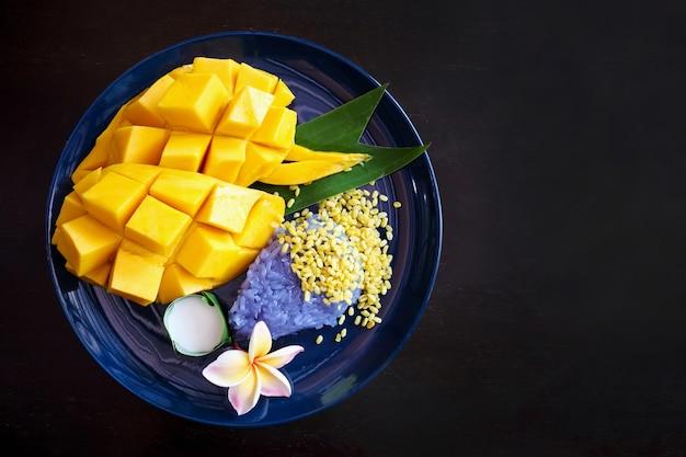 Mango dolce maturo con riso appiccicoso, dessert tailandese tradizionale