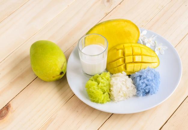 Mango e riso appiccicoso colorato naturale con latte di cocco, dessert tailandese
