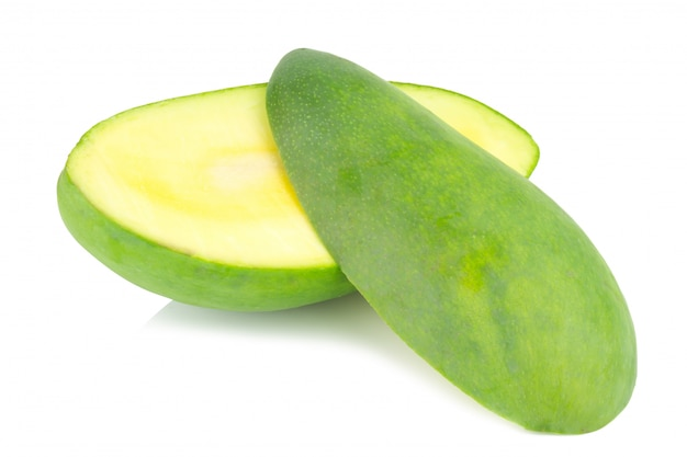 Mango fresco isolato su sfondo bianco