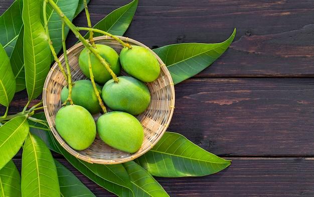 Mango verde sul cestino