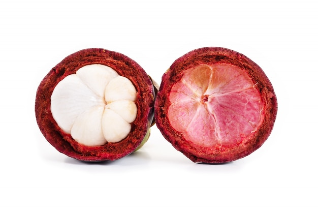 Mangostano e sezione trasversale che mostrano la spessa pelle viola e bianca