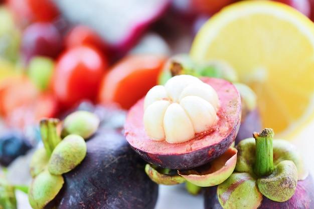 Mangostano sbucciato sulla frutta estiva. mangostano fresco dal giardino tailandia, regina di frutta sana