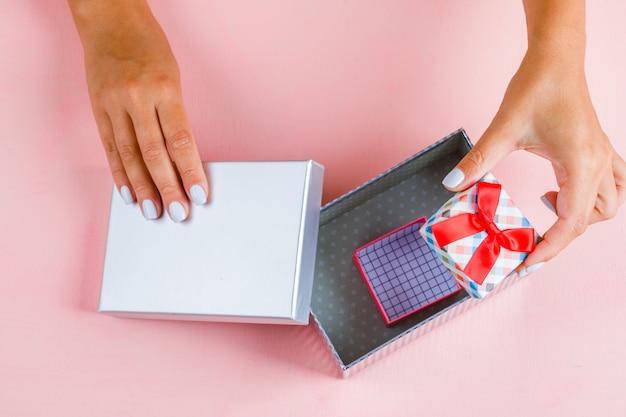 Mani che aprono scatole regalo vuote