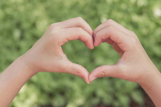Mani che fanno forma di cuore