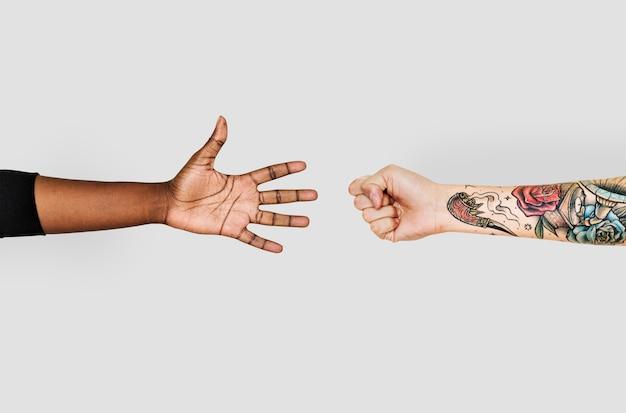 Mani che giocano a forbici con carta da lettere
