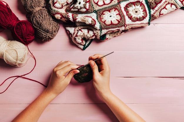 Mani che lavorano a maglia