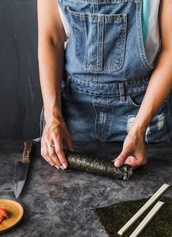 Mani che misurano la lunghezza della fetta
