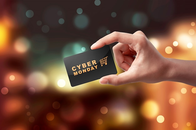 Mani che mostrano carta nera con testo cyber monday