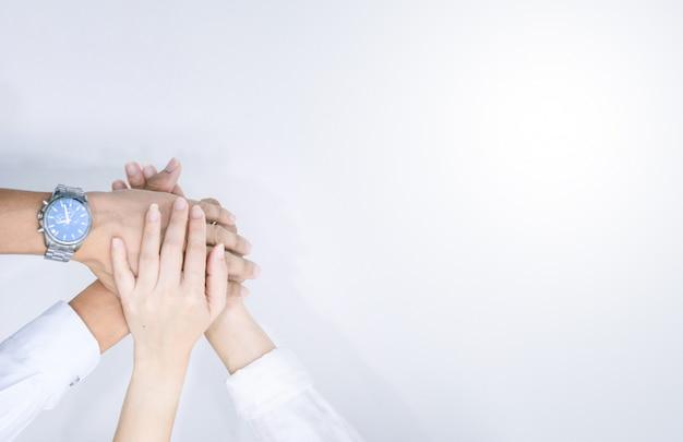 Mani che mostrano unità e lavoro di squadra hanno afferrato la vista dall'alto della gente che mette le mani