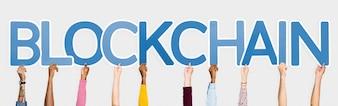 Mani che sostengono le lettere blu che formano la parola blockchain