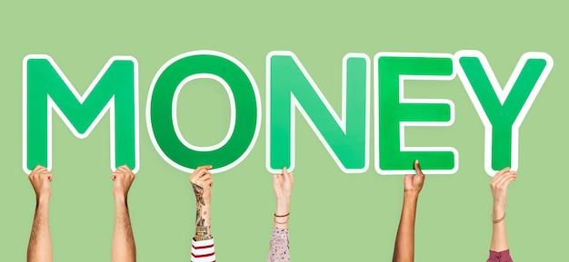 Mani che sostengono le lettere verdi che formano i soldi di parola